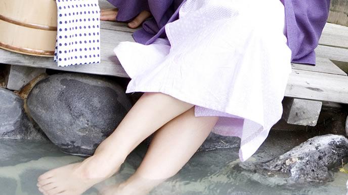 足湯で妊娠超初期の寒気対策をする女性