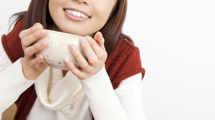 栄養たっぷりのスープを飲む女性