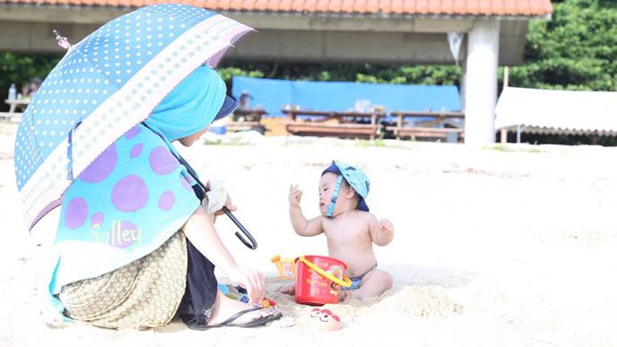 ママと夏の外気浴を楽しむ赤ちゃん