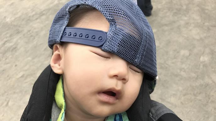 ママの抱っこが心地良過ぎて寝る赤ちゃん