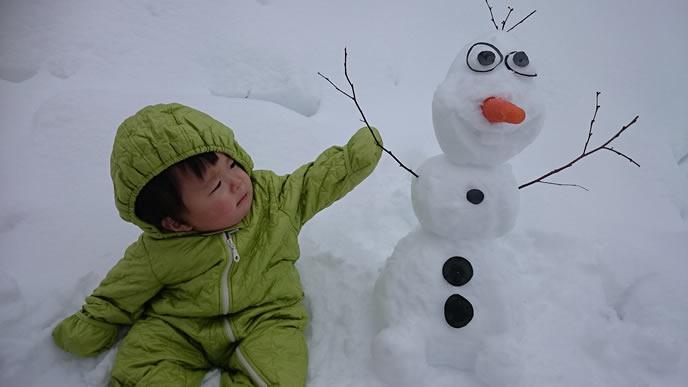 雪だるまで作ったキャラクターに夢中の赤ちゃん
