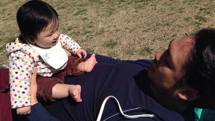 パパと一緒に外気浴する赤ちゃん