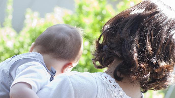 ママとベランダで外気浴する赤ちゃん
