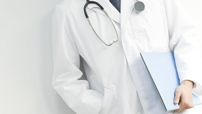 つわりとホルモンの関係を解説する医師