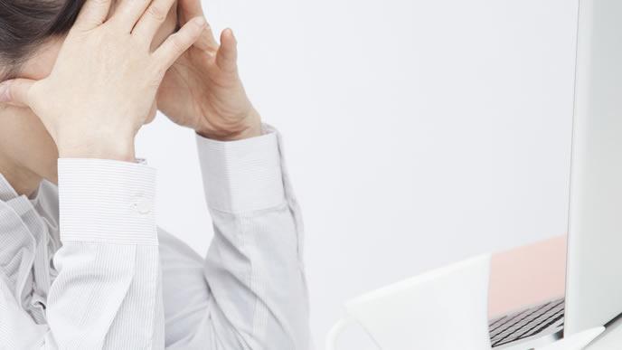 高齢出産のリスクを知り悩む女性