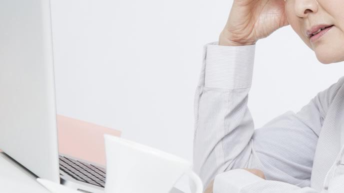 様々な高齢出産のリスクを目の当たりにする女性