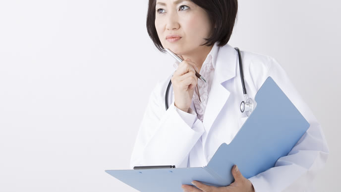高齢出産に臨む女性へアドバイスを送る医師