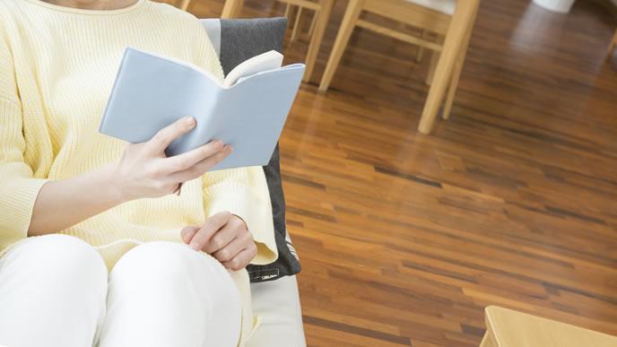 リラックスして読書する高齢で妊娠した女性