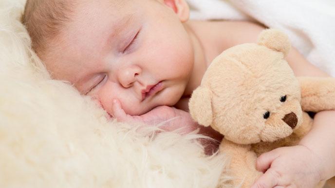 ご機嫌に寝ている赤ちゃん