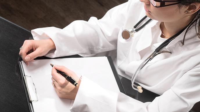 巨大児とダウン症の関係を研究する医師