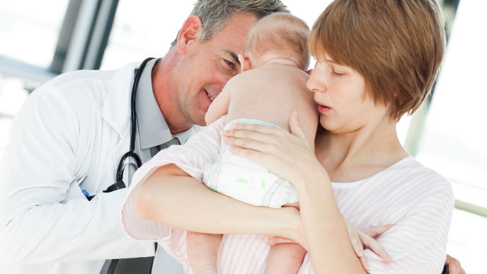 病院で診てもらう赤ちゃん