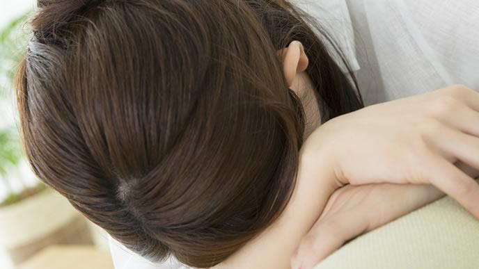 職場の辛いマタハラに耐え切れず泣く女性