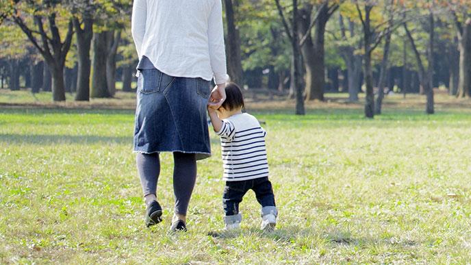 ママとよちよち歩く赤ちゃん