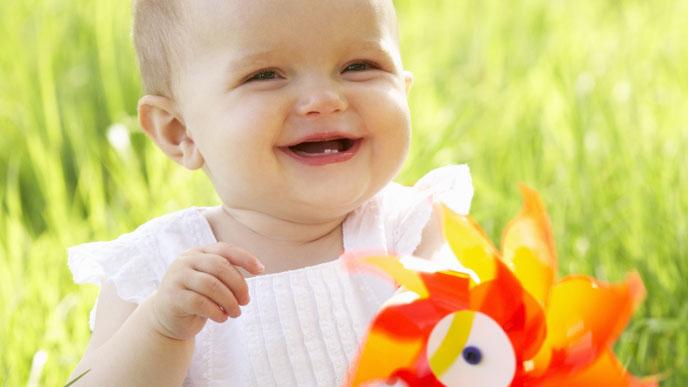 外で楽しむ赤ちゃん