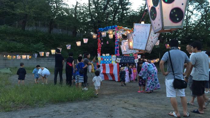 住民が参加する夏祭りの風景