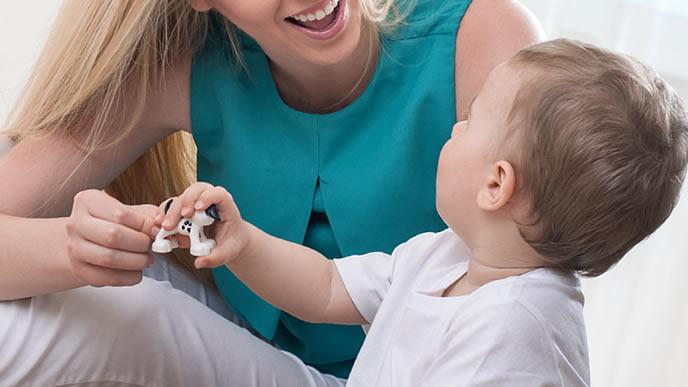 ママと楽しくおしゃべりする赤ちゃん