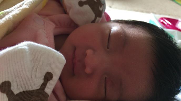 新生児微笑を見せる赤ちゃん