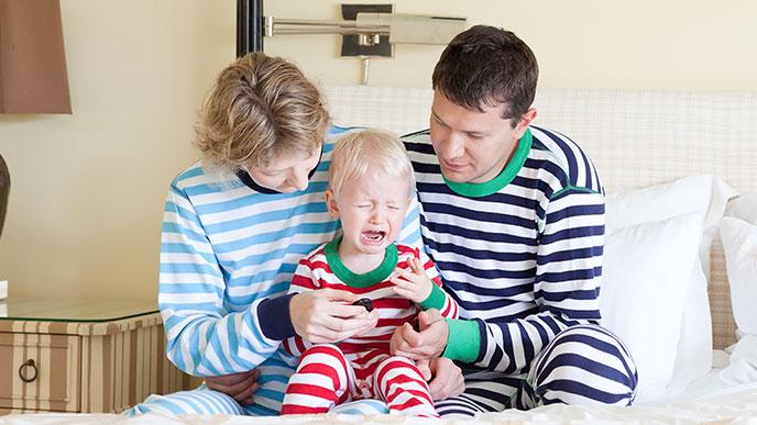 泣く赤ちゃんをなだめる親