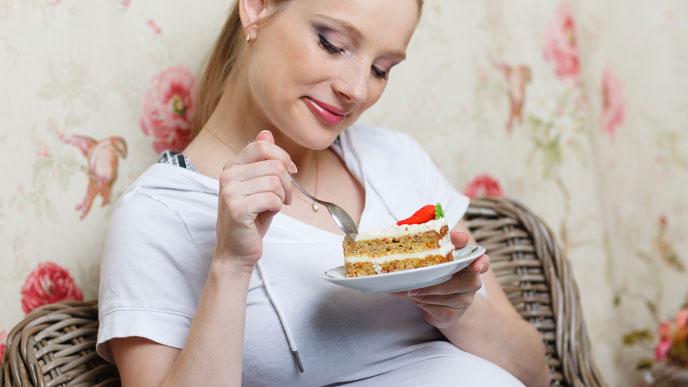 甘いものを食べる妊婦