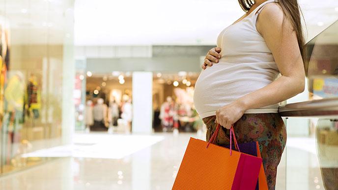 出かける妊婦