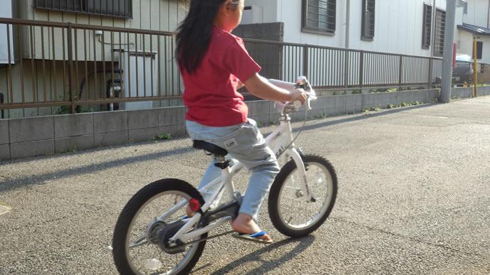 自転車でお友達の所へ行く女の子