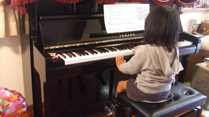 ピアノの練習中の女の子