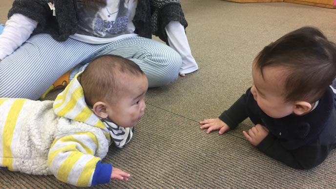 お友達とにらめっこをする赤ちゃん