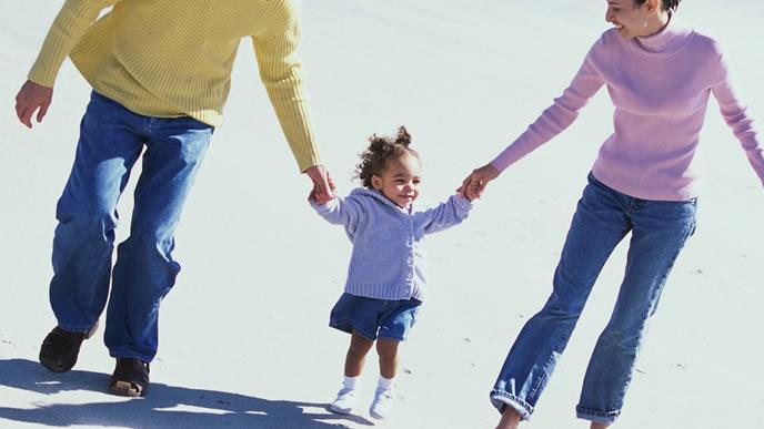 パパママと手を繋いで散歩をする女の子