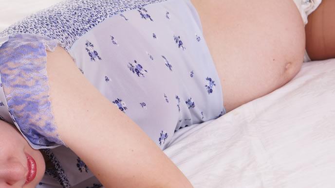 逆子体操の後にリラックスする妊婦