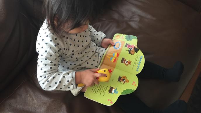 絵本を見ながらおしゃべりする赤ちゃん