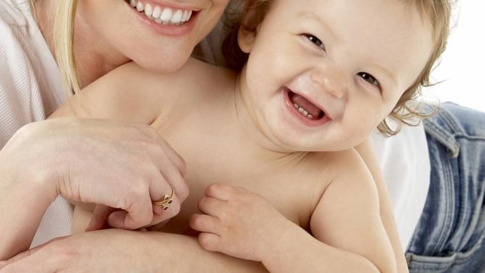 ママと触れ合い笑顔になる赤ちゃん