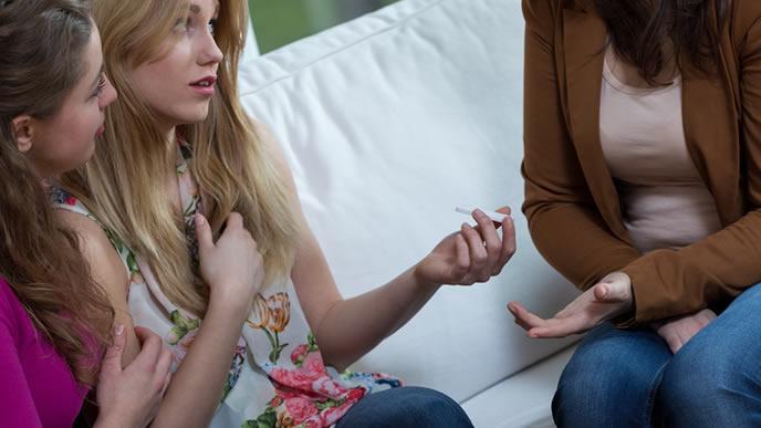 友達に妊娠を相談する女性