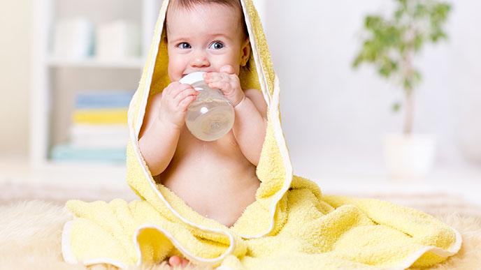 お風呂上りに白湯を飲む赤ちゃん