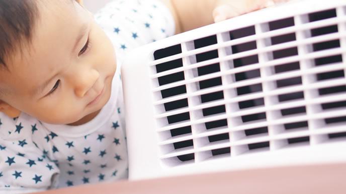 エアコンの中身に興味がある赤ちゃん