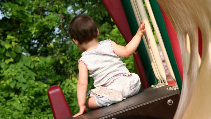 一人公園内で遊ぶ赤ちゃん