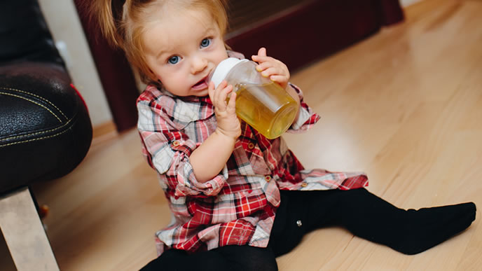 大好きなお茶を飲む女の子