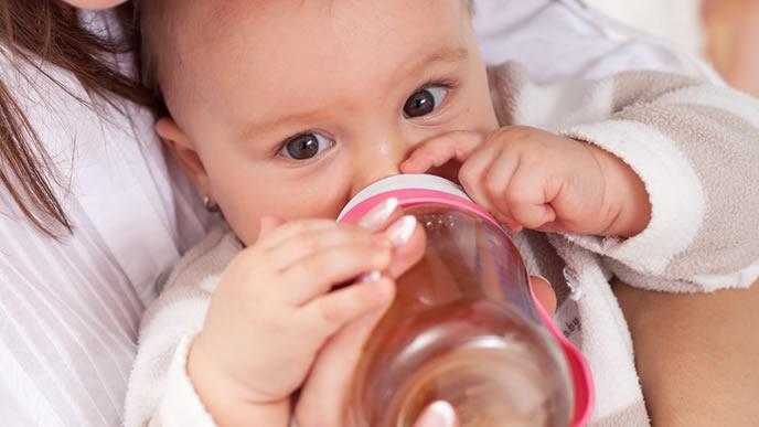 ママにお茶を飲ませてもらう赤ちゃん