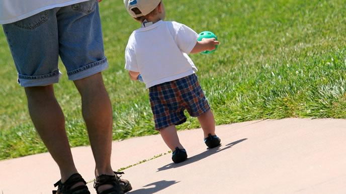 パパと休日に散歩する赤ちゃん