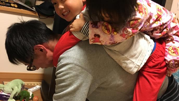 子供のためにハイハイをするパパ