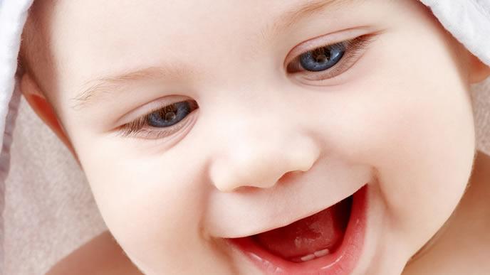 ふわふわのタオルに喜ぶ赤ちゃん
