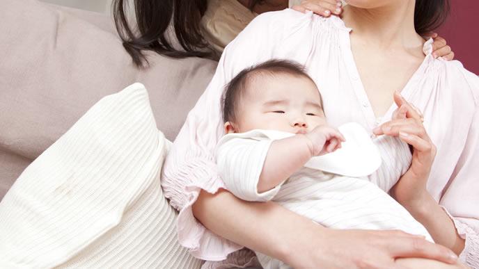 ミルク後にげっぷをする赤ちゃん