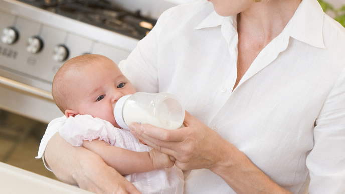 ママからミルクをもらう赤ちゃん