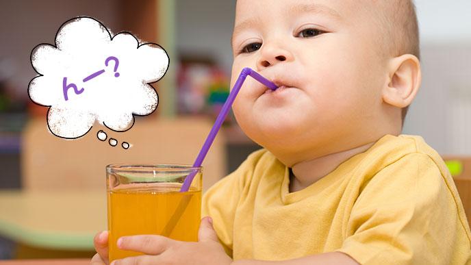 ストローで飲む赤ちゃん