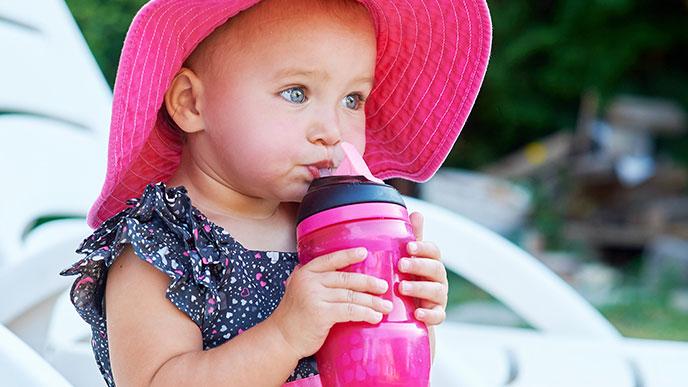 スパウトで飲む赤ちゃん