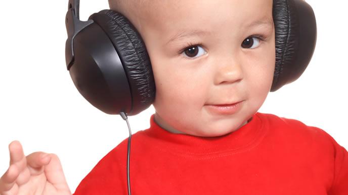 音楽を聴いて得意顔の赤ちゃん