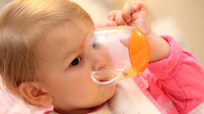 コップを使いこなす赤ちゃん