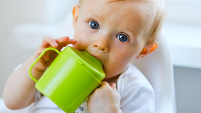 ストローマグに噛みつく赤ちゃん