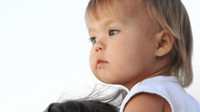 パパに肩車をしてもらう赤ちゃん