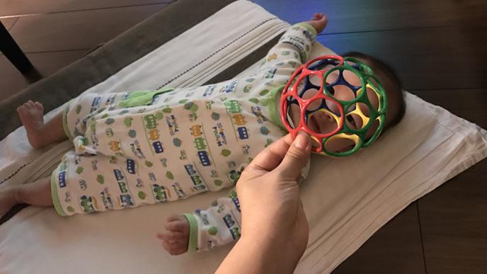 オーボールでママに遊んでもらう赤ちゃん