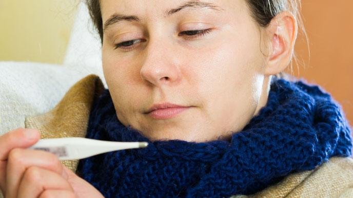 体温計を見ている女性